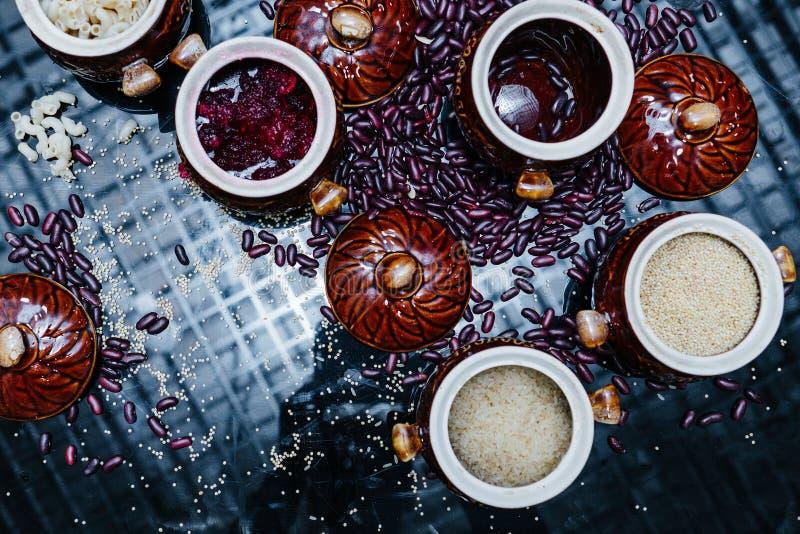 carbohydrates Reboca em umas bacias Massa, arroz, cevada, feijões e geleia fotografia de stock