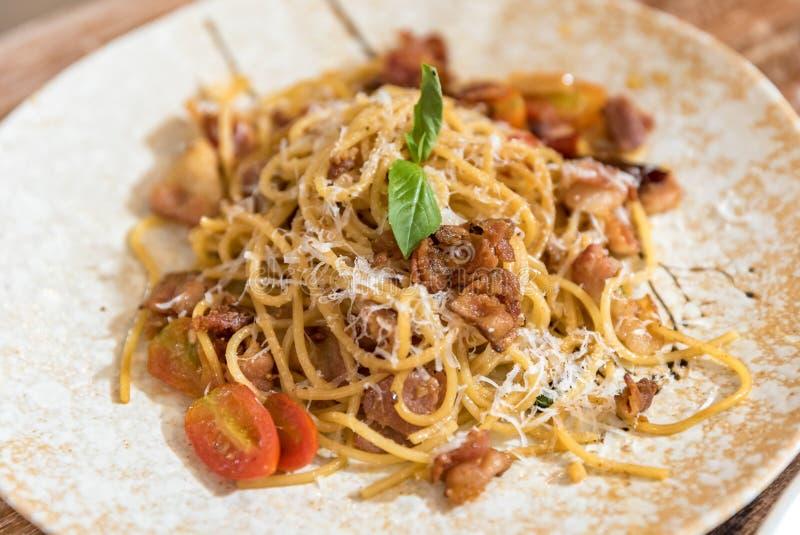 carbonara日光拍的意大利面食照片 免版税图库摄影