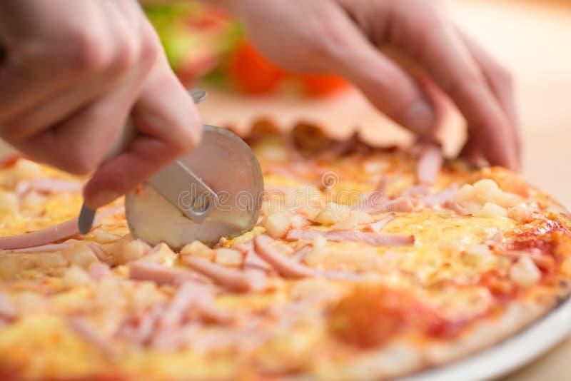 Carbonara пиццы разделывает вырезывание ножом стоковое изображение