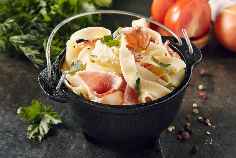 Carbonara com bacon, Pancetta e Parmesão raspado fotografia de stock royalty free