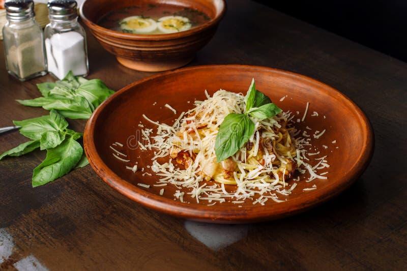 Carbonara da massa Espaguetes com bacon e queijo parmesão imagens de stock royalty free