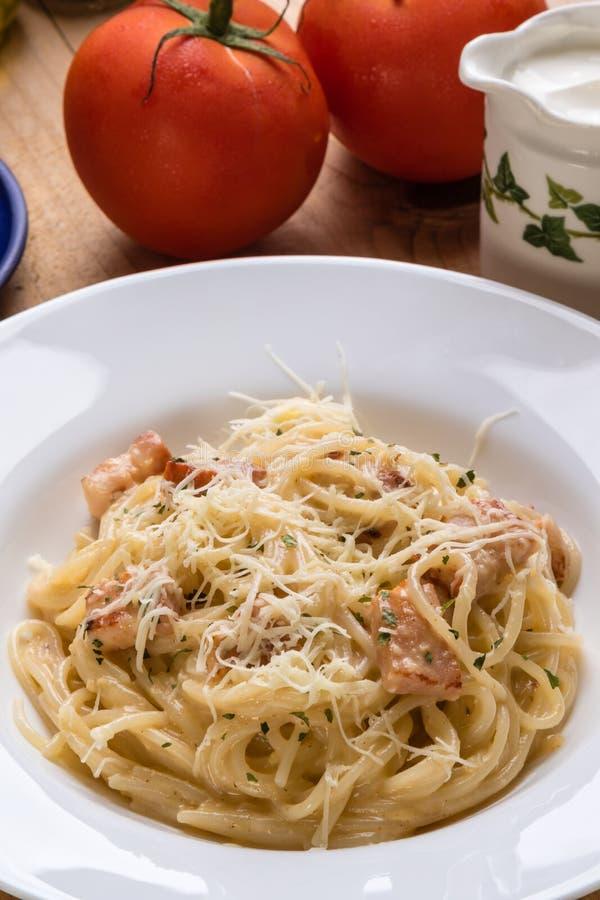 Carbonara de los espaguetis en la tabla de madera imagenes de archivo