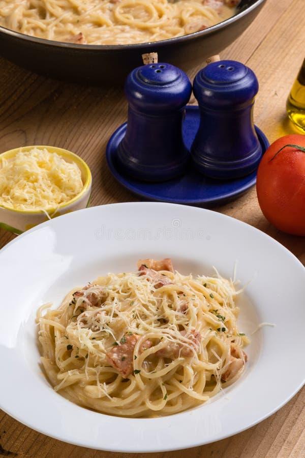 Carbonara de los espaguetis en la tabla de madera fotos de archivo