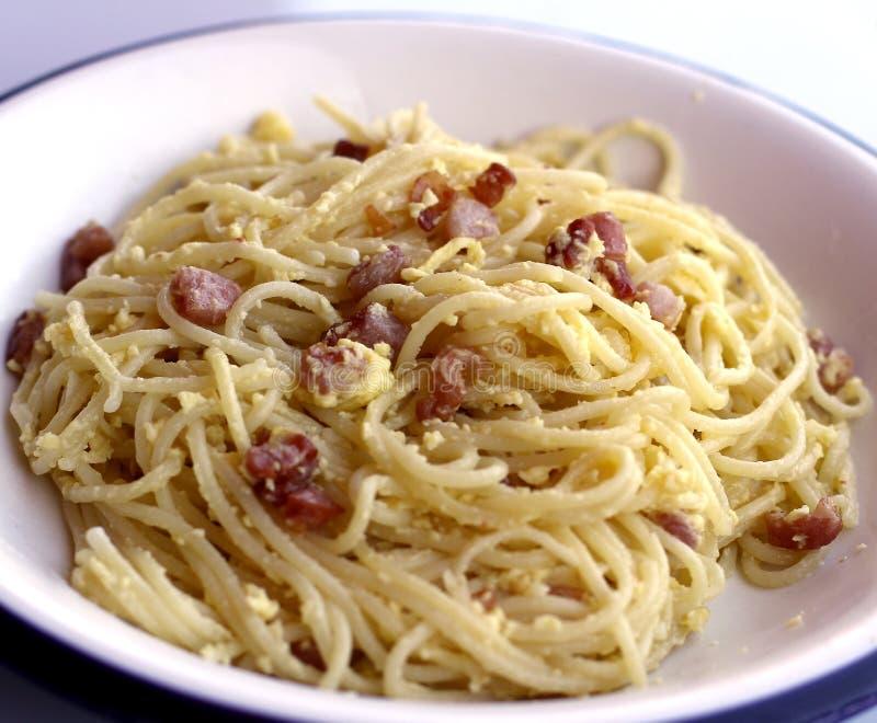 Carbonara de spaghetti avec l'oeuf et le parmesan de lard dans un AIE typique photo libre de droits
