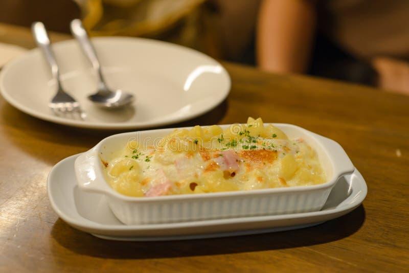 Carbonara dei maccheroni con il prosciutto ed il formaggio sulla tavola immagine stock libera da diritti