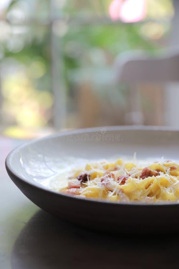 Carbonara Fettuccine, спагетти макаронных изделий fettuccine с ветчиной бекона и mushroon в итальянской кухне белого соуса стоковое изображение rf