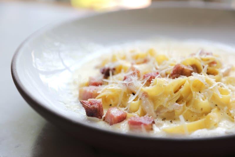 Carbonara Fettuccine, спагетти макаронных изделий fettuccine с ветчиной бекона и mushroon в итальянской кухне белого соуса стоковое фото rf