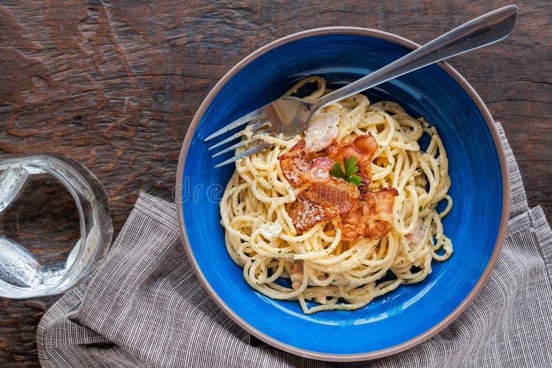 Carbonara italiano de las pastas de la comida de la tradición, espaguetis con tocino, jamón y queso parmesano foto de archivo