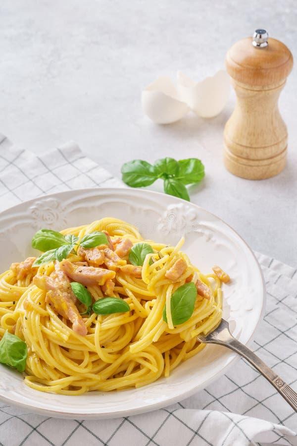 Carbonara italiano della pasta con il prosciutto, il basilico e le uova immagini stock