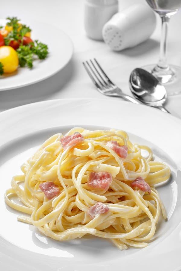 Carbonara italiano di tagliatelle con il bacon del manzo immagine stock libera da diritti