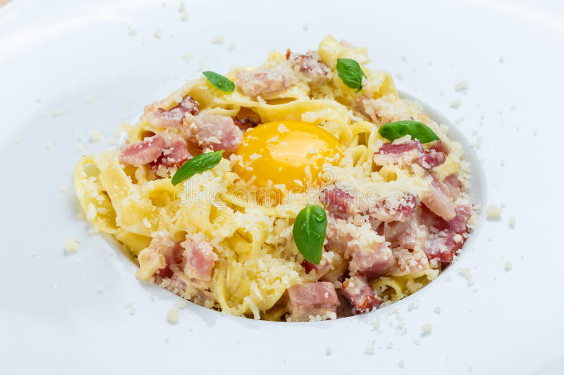 Carbonara italiano tradicional da massa com bacon e ovo fotos de stock royalty free