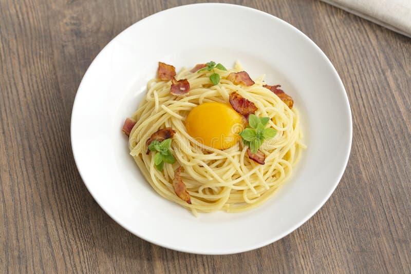 Carbonara makaron, spaghetti z pancetta, jajko, ciężki parmesan ser, basil i kremowy kumberland, fotografia royalty free