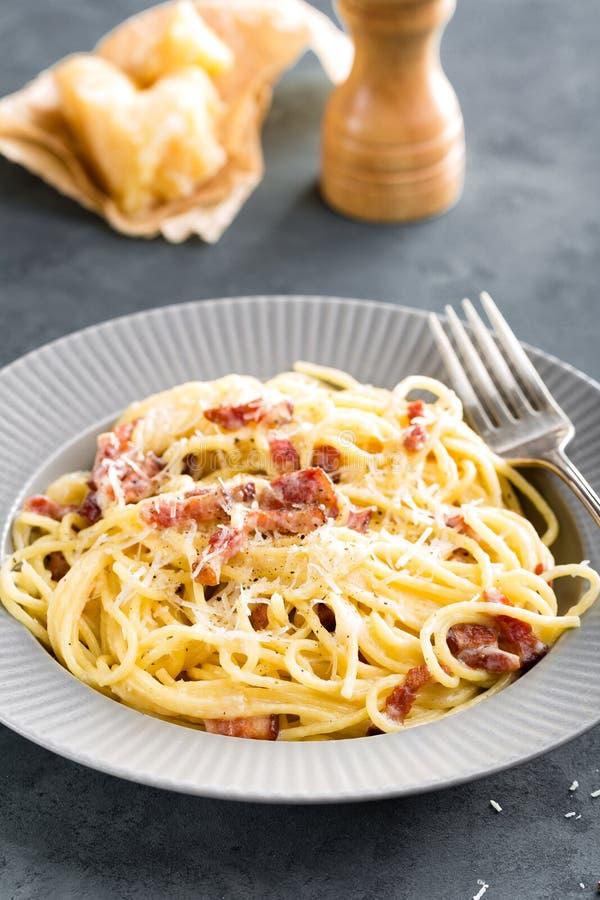 Carbonara makaron, spaghetti z pancetta, jajko, ciężki parmesan ser i kremowy kumberland, alla aubergine tła kuchni świeżych włos obrazy royalty free
