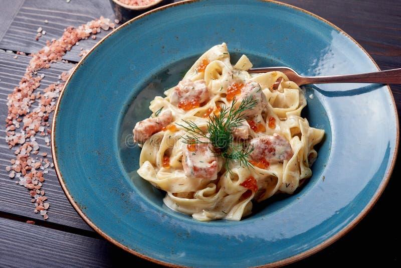 Carbonara makaron, spaghetti z pancetta, jajko, ciężki parmesan ser i kremowy kumberland, alla aubergine tła kuchni świeżych włos zdjęcia royalty free