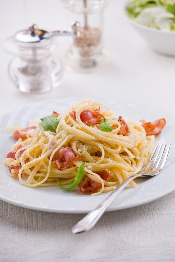 Carbonara pasta med bacon arkivbilder