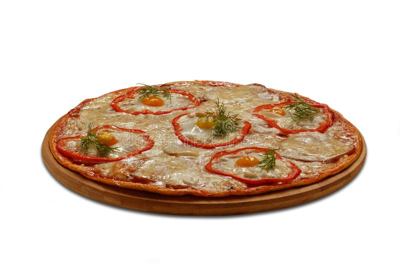 Carbonara-Pizza mit Wachteln egs Auf weißem Hintergrund lizenzfreie stockbilder