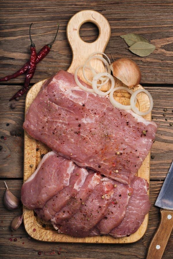 Carbonate de porc avec des ingrédients photographie stock libre de droits
