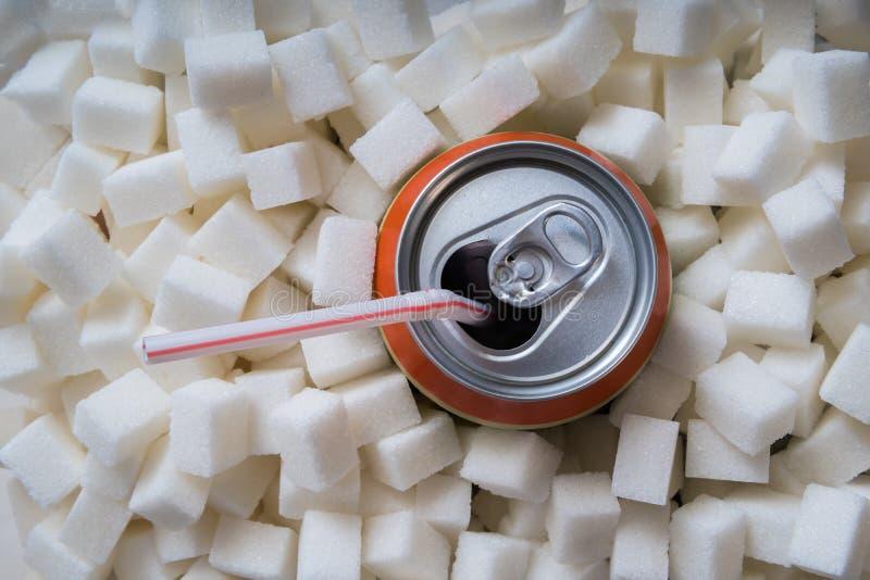 Carbonated sodowany napój z wiele cukrowymi sześcianami niezdrowy pojęcia łasowanie obrazy royalty free