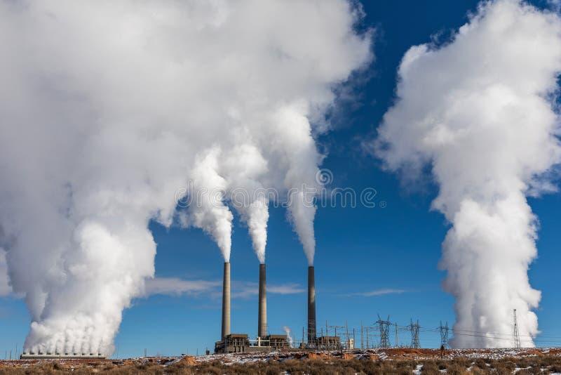 Carbone che brucia la pianta di corrente elettrica immagini stock libere da diritti