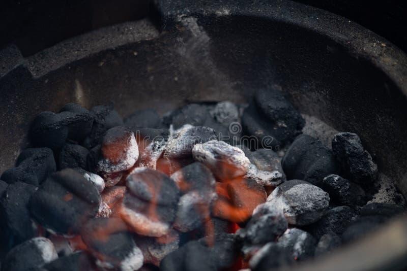 Carbone che inizia a bruciare in griglia domestica fotografie stock