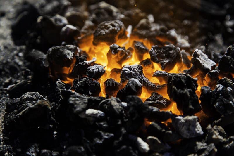 Carbone d'un rouge ardent dans charbons pour la cuisson photo libre de droits