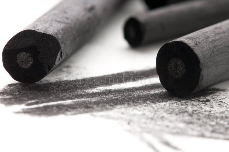Carbone di legna nero dell'artista con la macchia immagini stock