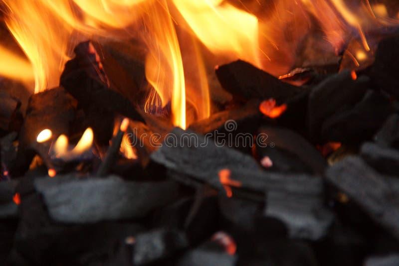 Carbone e fiamme - primo piano fotografie stock libere da diritti