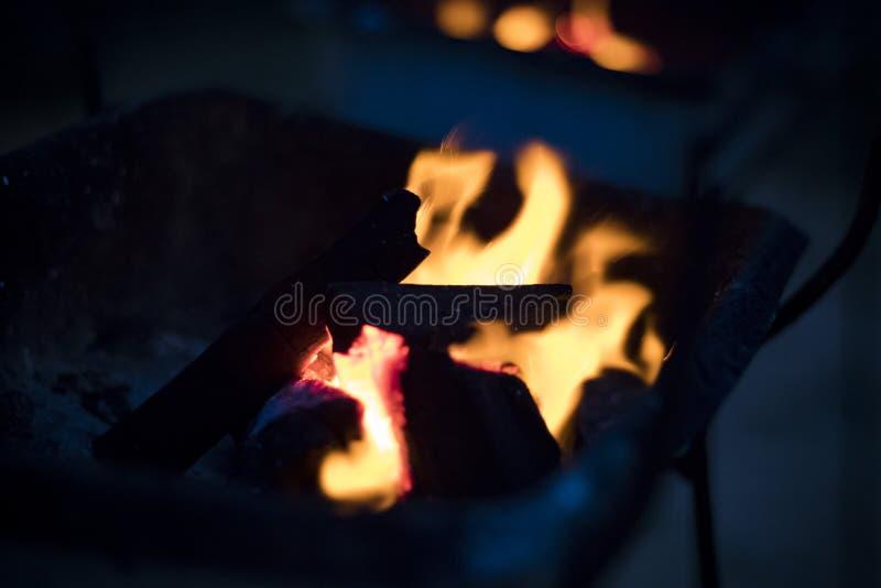 Carbones ardiendo para asar a la parrilla noche fotos de archivo libres de regalías