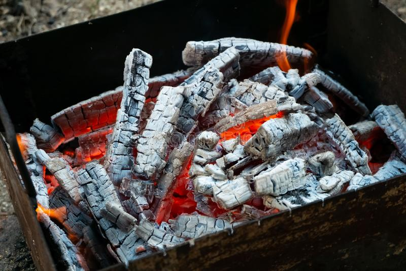 Carbones ardientes calientes en la parrilla Bbq que cocina comida campestre foto de archivo libre de regalías