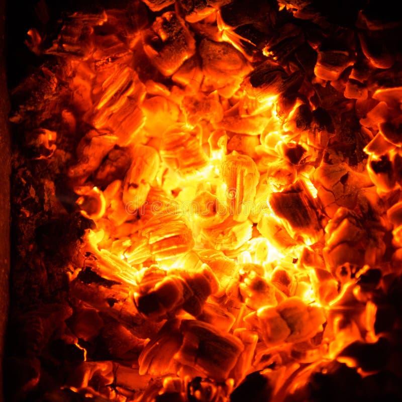Carbones calientes en el fuego imagenes de archivo
