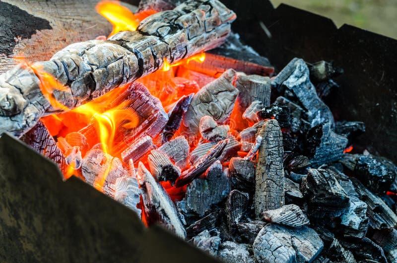 Carbones calientes en hoyo del Bbq fotografía de archivo