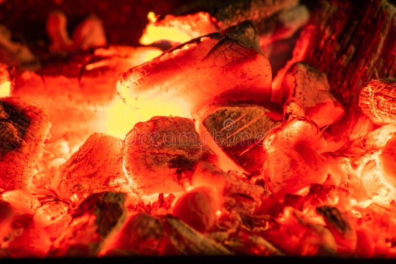 Carbones calientes en la parrilla foto de archivo