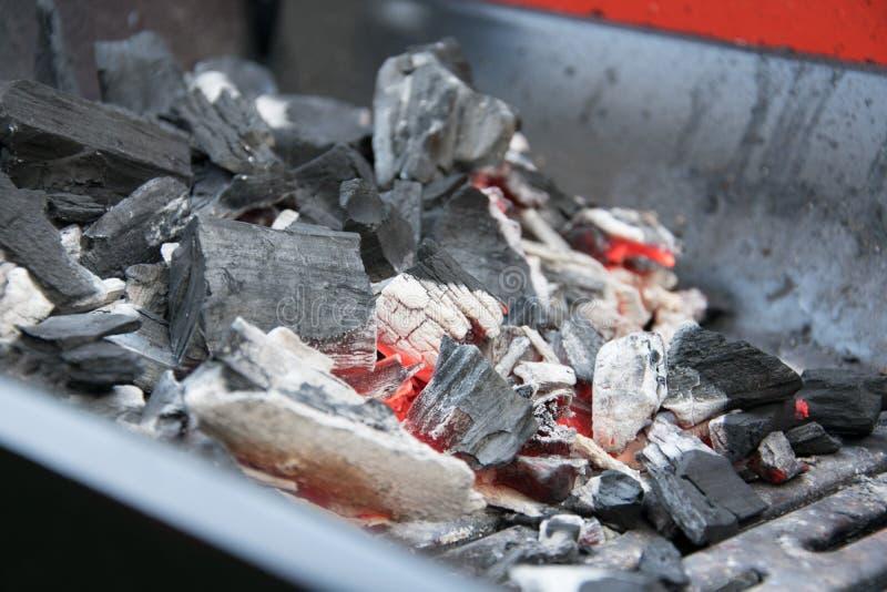 Carbones calientes para la parrilla imágenes de archivo libres de regalías
