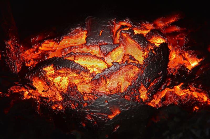 Carbones calientes que queman en el horno Calor anaranjado Bordes derretidos Abstracción foto de archivo libre de regalías