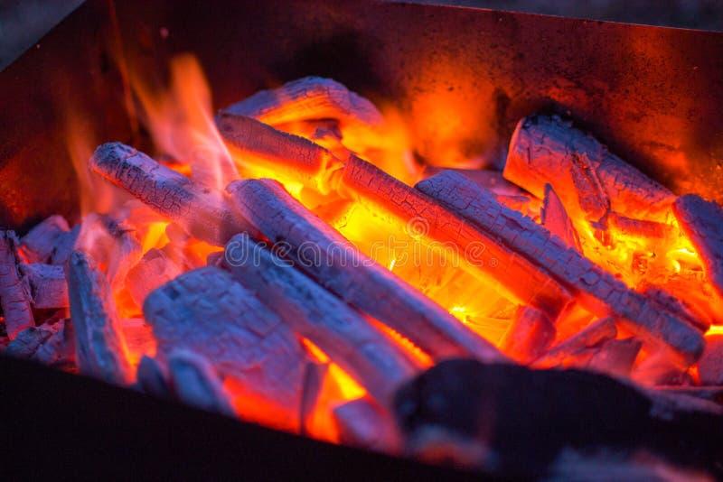 Carbones candentes en la parrilla en la noche Bbq fotografía de archivo libre de regalías