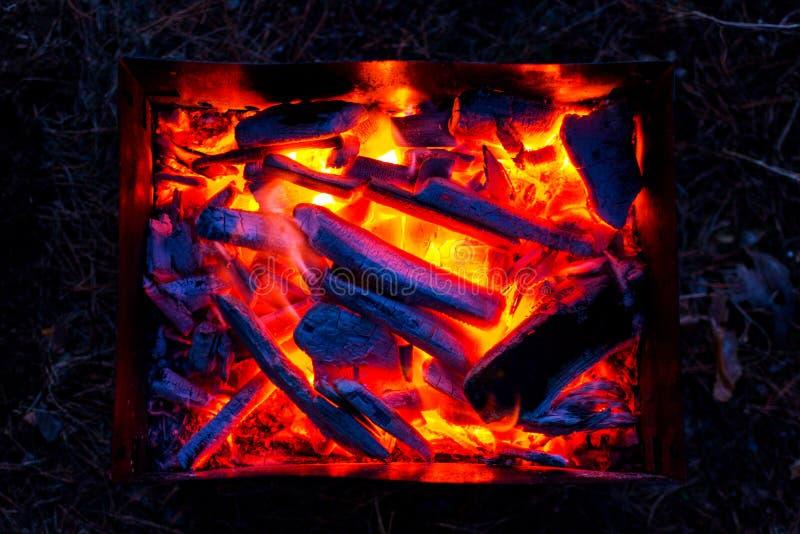 Carbones candentes en la parrilla en la noche Bbq foto de archivo libre de regalías
