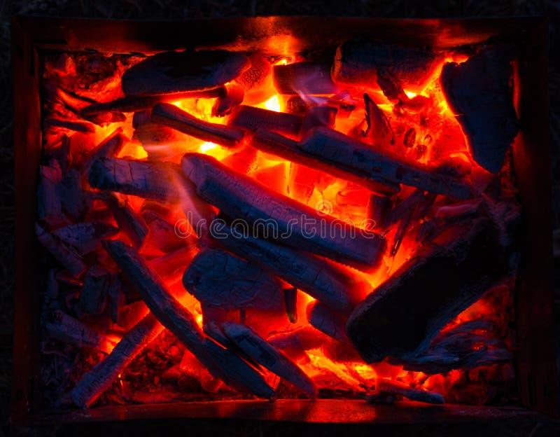 Carbones candentes en la parrilla en la noche Bbq imagenes de archivo