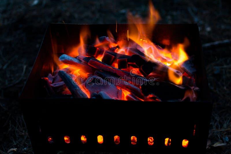 Carbones candentes en la parrilla en la noche Bbq imagen de archivo libre de regalías