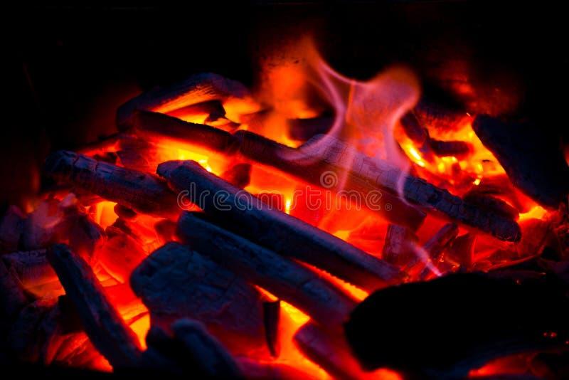 Carbones candentes en la parrilla en la noche Bbq foto de archivo