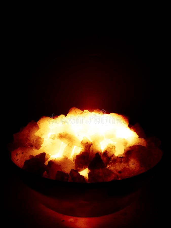 Carbones de leña ardiendo de madera imágenes de archivo libres de regalías