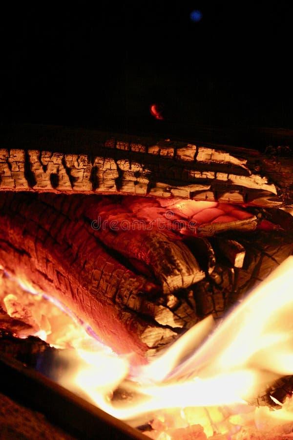 Carbones de madera que brillan intensamente 2 imagen de archivo