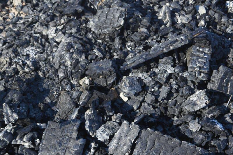 Carbones de un fuego quemado fotos de archivo libres de regalías