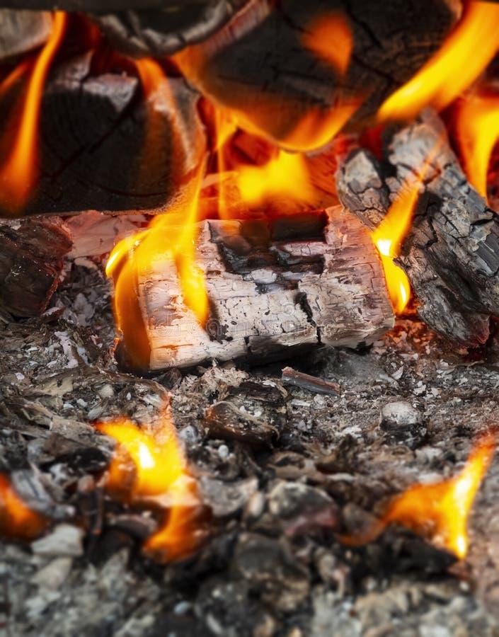 Carbones en el fuego fotos de archivo