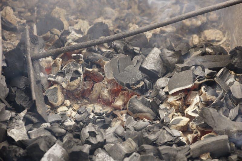 Carbones en la parrilla foto de archivo libre de regalías