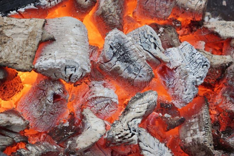 Carbones que brillan intensamente en hoyo del Bbq foto de archivo