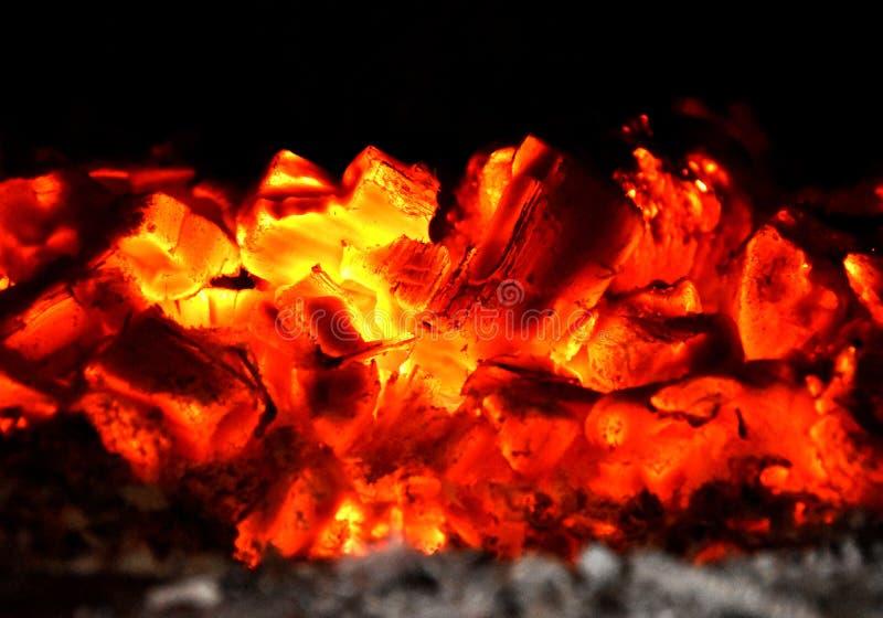 Carboni brucianti di legno, calore incandescente fotografia stock