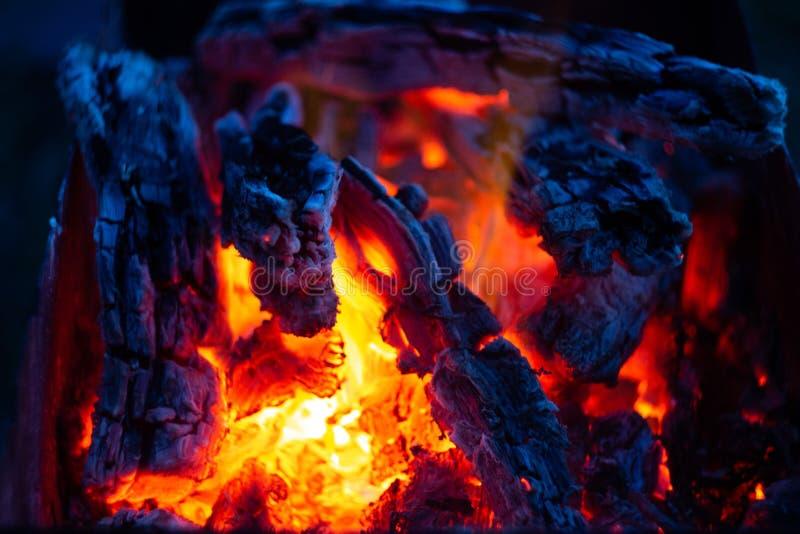 Carboni brucianti nel fireplase fotografia stock libera da diritti