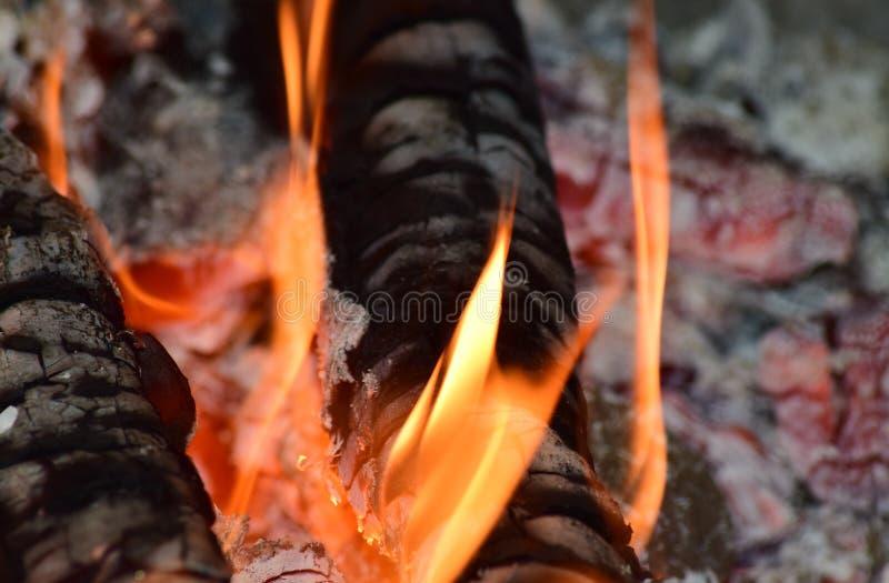 Carboni caldi nella stufa fotografie stock