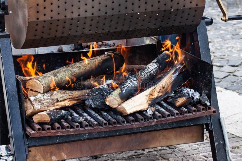 Carboni e legna da ardere su fuoco fotografie stock libere da diritti