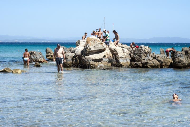 Carbonia Italien - Augusti 10: Det oidentifierade folket kopplar av på en vagga arkivfoto